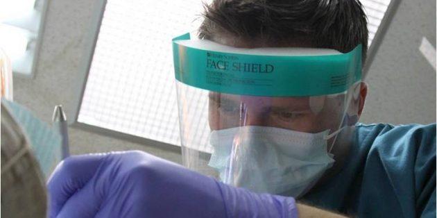Медицинская маска в сочетании с защитными очками
