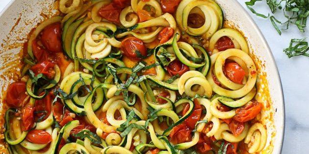 Блюда из овощей: Спагетти из кабачков, тушенные с помидорами
