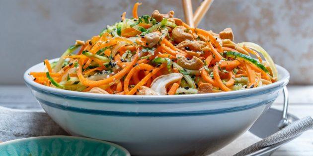 Блюда из овощей: Салат с огурцами, морковью, кешью и медовой заправкой