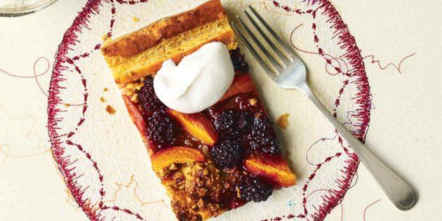 Пирог с абрикосами: Слоёный пирог с абрикосами, ежевикой и грецкими орехами