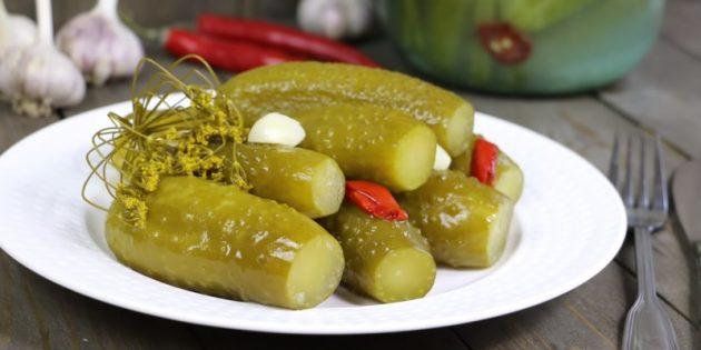 Как солить огурцы: Классические солёные огурцы с зеленью и чесноком