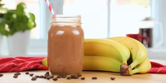 Холодный кофейный смузи с бананом и шоколадной пастой