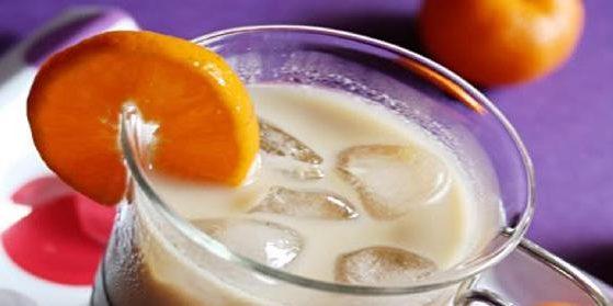Холодный кофе с молоком и апельсином