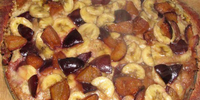 Пирог со сливами, бананами и ромом