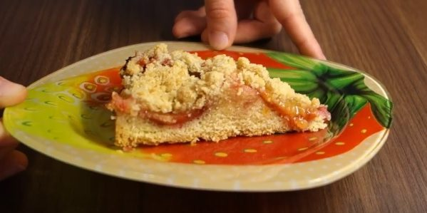 Пирог со сливами и песочной крошкой
