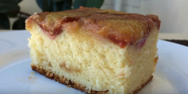 Перевёрнутый пирог с карамелизированными сливами
