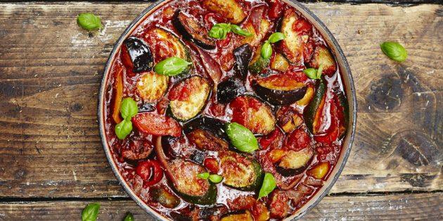Овощное рагу с кабачками, баклажанами, помидорами и перцем
