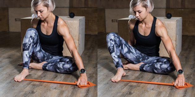 Упражнения при плоскостопии: Отведение колен с эспандером