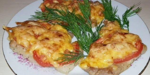 Отбивные под сыром и помидорами в духовке