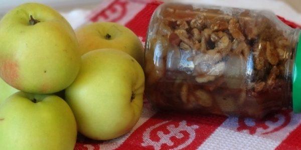 Варенье из яблок, лимона и орехов с коньяком