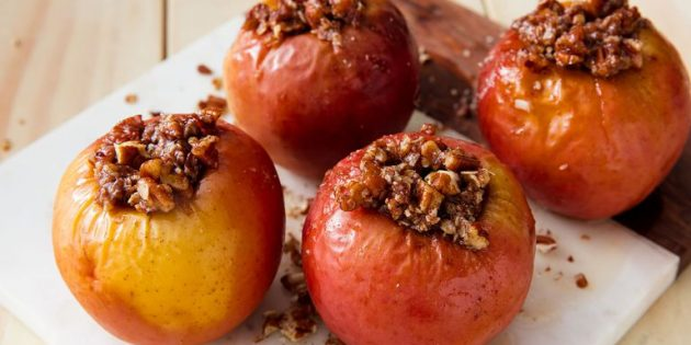 Запечённые яблоки с овсянкой и орехами