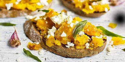 Блюда из тыквы: Брускетты с тыквой и козьим сыром