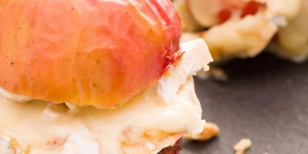 Запечённые яблоки с сыром бри, мёдом и орехами
