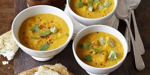 Пряный тыквенный суп-пюре с чечевицей и кокосовым молоком