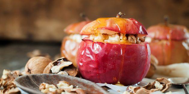 Запечённые яблоки в духовке с сыром бри, мёдом и орехами