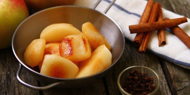 Запечённые яблоки в духовке с тимьяном