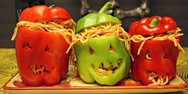 Блюда на Хэллоуин: Головы из перца, фаршированные спагетти с мясом