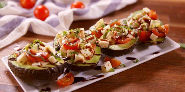 Рецепты: Салат с помидорами и моцареллой в лодочках из авокадо