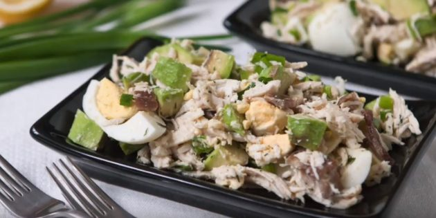 Рецепты: Салат с авокадо, курицей, яйцами и беконом