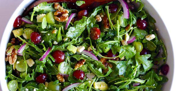 Рецепты: Салат с авокадо, виноградом, руколой, орехами и козьим сыром