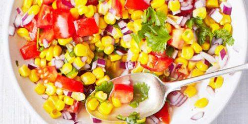 Салат с кукурузой, помидорами и лаймово-медовой заправкой