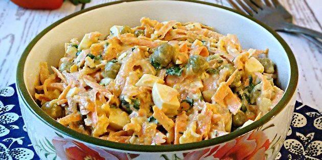 Салат с консервированным горошком, морковью, яйцами и соево-горчичной заправкой