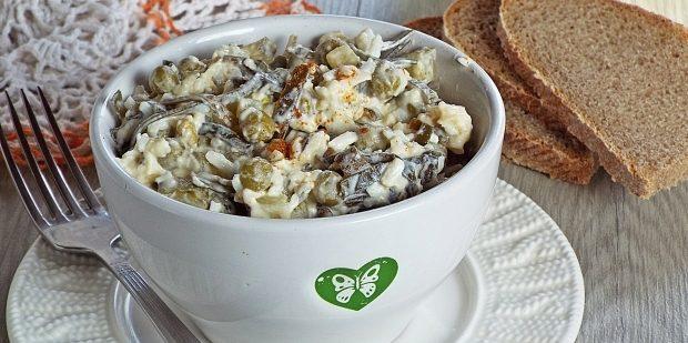 Салат с консервированным горошком, морской капустой, яйцами и сыром