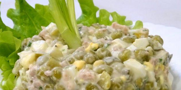 Салат с зелёным горошком и печенью трески