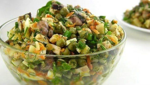 Салат с зелёным горошком, курицей, грибами и картошкой