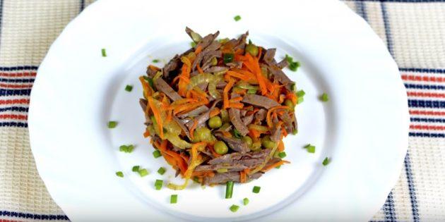 Салат с консервированным горошком, морковью и куриными сердечками