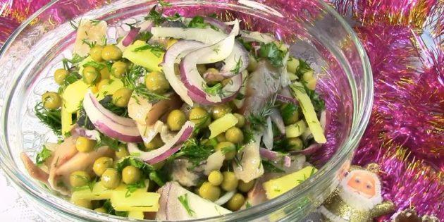 Салат с горошком, селёдкой и картошкой