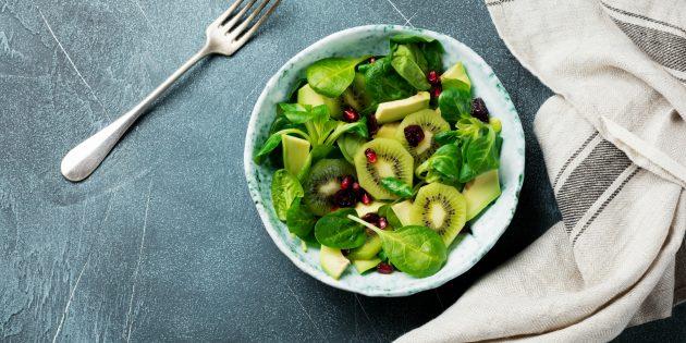 Салат с авокадо, киви, гранатом и острым перцем