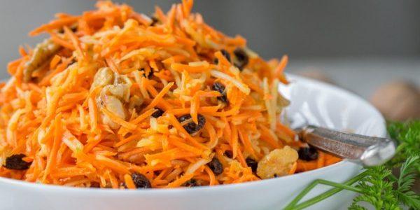 Салат из моркови, яблок, орехов и изюма