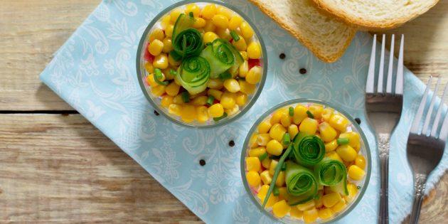 Рецепты: Слоёный салат с сухариками, крабовыми палочками, кукурузой и плавленым сыром