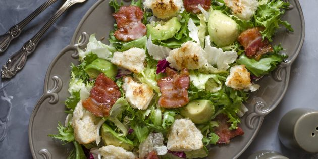 Рецепт салата с сухариками, беконом и авокадо