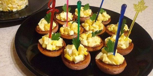 Рецепты канапе из колбасных корзинок с кукурузой, сыром и яйцами