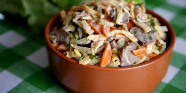 Салат из варёной моркови, печени, огурцов и яичных блинчиков