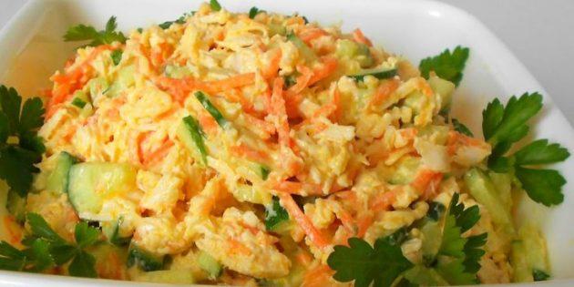 Салат из корейской моркови, курицы, сыра и огурцов