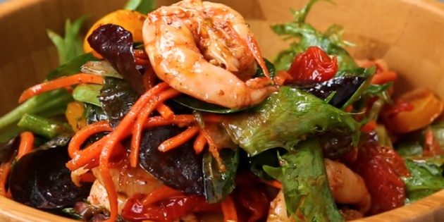 Тёплый салат из запечённой моркови, перца, помидоров, спаржи и креветок