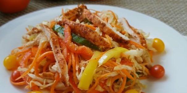 Салат из моркови, курицы, капусты и перца с соевой заправкой