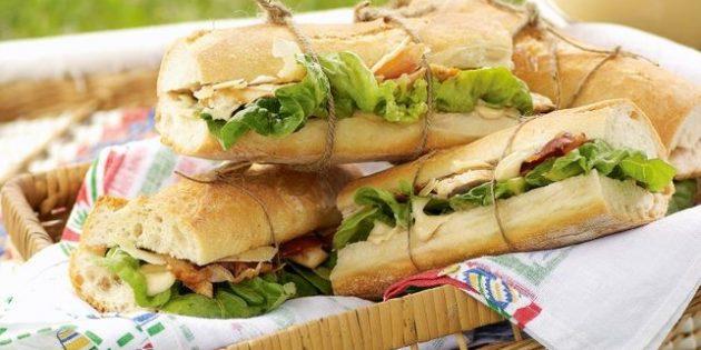 Цезарь с курицей и прошутто в сэндвиче
