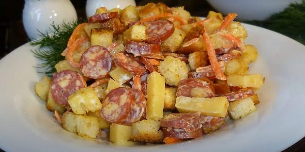 Рецепты салата с сухариками, охотничьими колбасками, сыром и корейской морковью