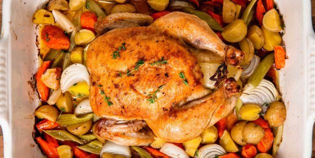 Целая курица в духовке на подушке из овощей