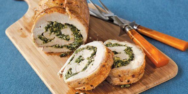 Свинина в духовке: Свиной рулет со шпинатом и сыром на подушке из овощей