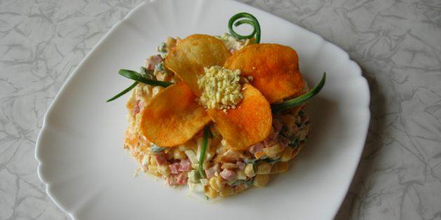 Салат с чипсами, колбасой и кукурузой