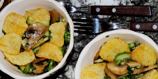Салат с чипсами, грибами и огурцами