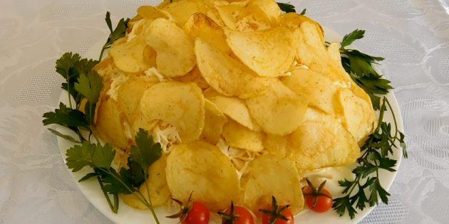 Слоёный салат с чипсами, крабовыми палочками, сыром и помидором