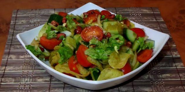 Овощной салат с чипсами, арахисом и соевой заправкой