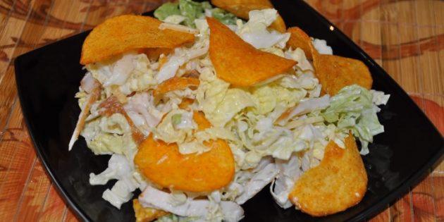 Салат с чипсами, капустой и курицей