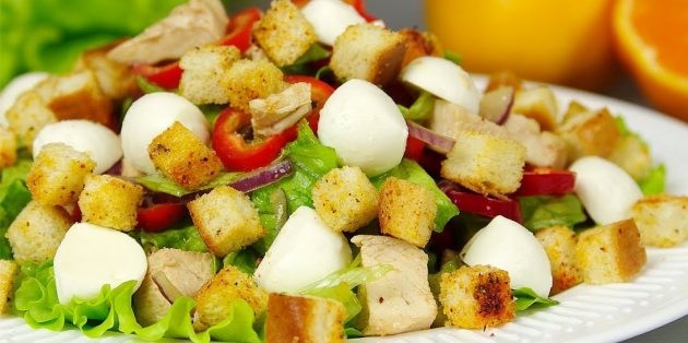 Салаты без майонеза: Салат с курицей, болгарским перцем, моцареллой, сухариками и мандариновой заправкой